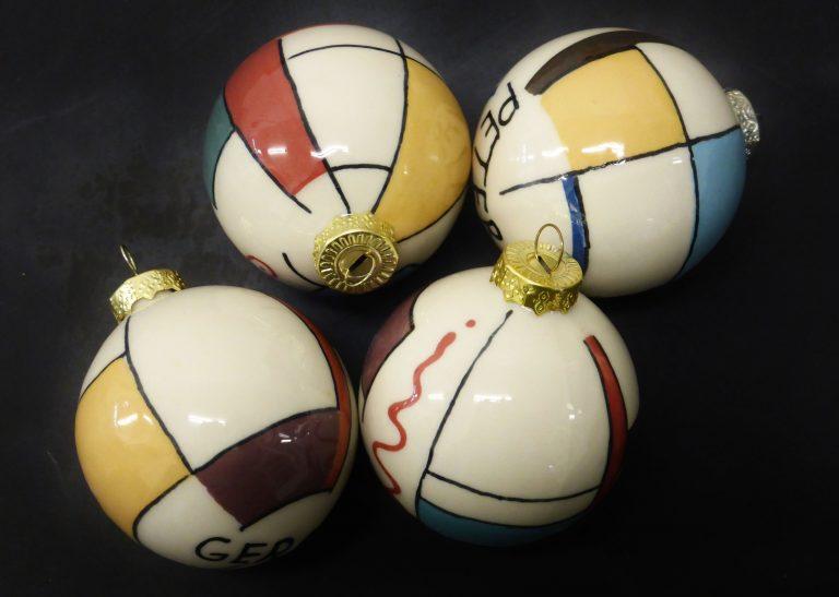Basalt relatiegeschenk porselein kerstballen geometrie met naam