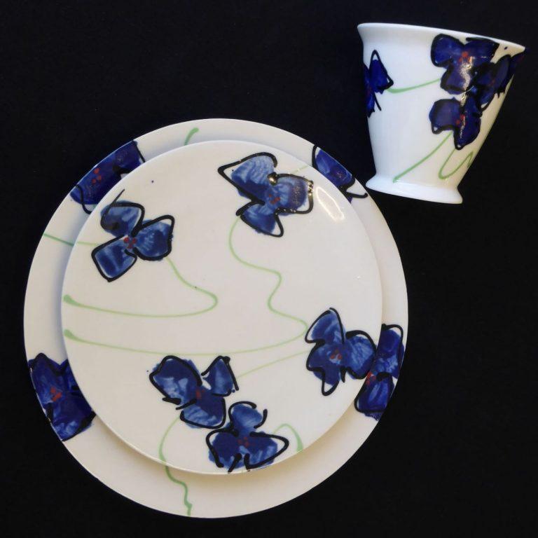 Basalt servies porselein bord gebaksbord en beker Blauwe bloem