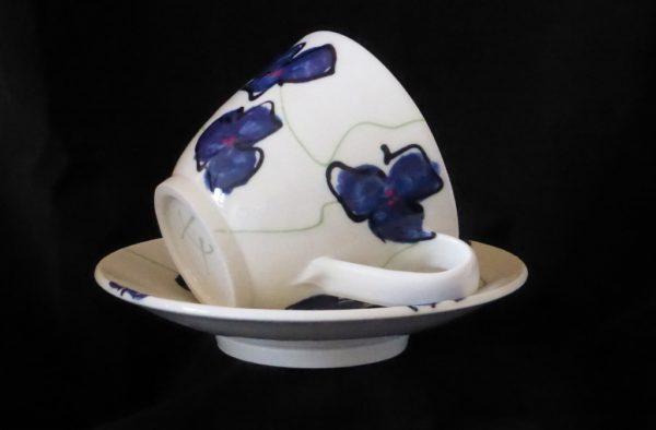 Basalt servies porselein café-au-lait kop en schotel Blauwe bloem 2