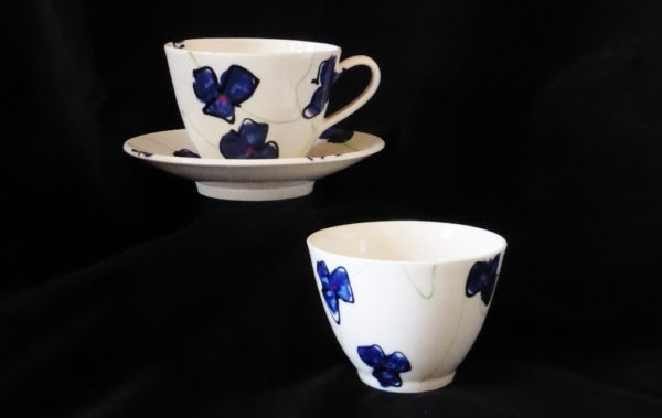 Basalt café-au-lait kop en schotel en müsli kom Blauwe bloem